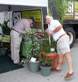 CSI Natural's Sales Rep, Allen Cloer, assisting a very interested local gardener.